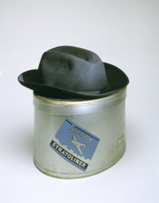 Stetson woman&#039;s Stratoliner hat with airplane pin and hat box with lid. Image provided by Philadelphia Museum of Art